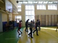 Учащийся кидает мяч